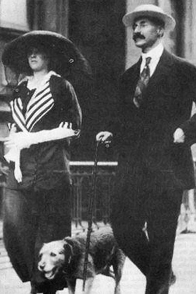 Джон Джейкоб Астор IV с 19-летней женой Мадлен и собакой Китти направляются к «Титанику», 1912 год. В живых осталась только Мадлен
