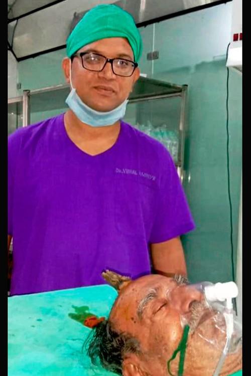 Хирург будет удалять рог на голове у мужчины