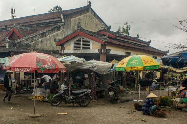 Рынок рядом с мостом Cau Ngoi Thanh Toan. Хюэ. Вьетнам.