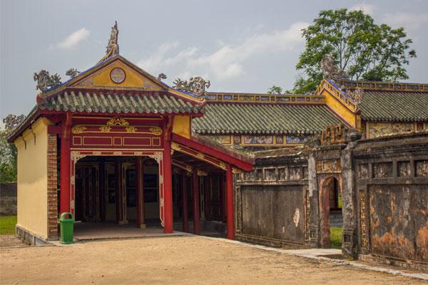 Здание в императорской цитадели, г. Хюэ. Вьетнам.