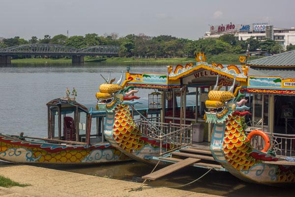 Вьетнамские прогулочные лодки. Город Хюэ.