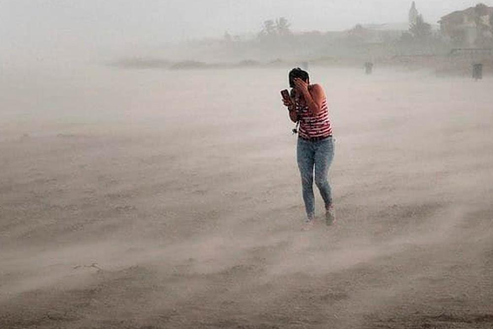 Люди спасаются от Урагана Дориан