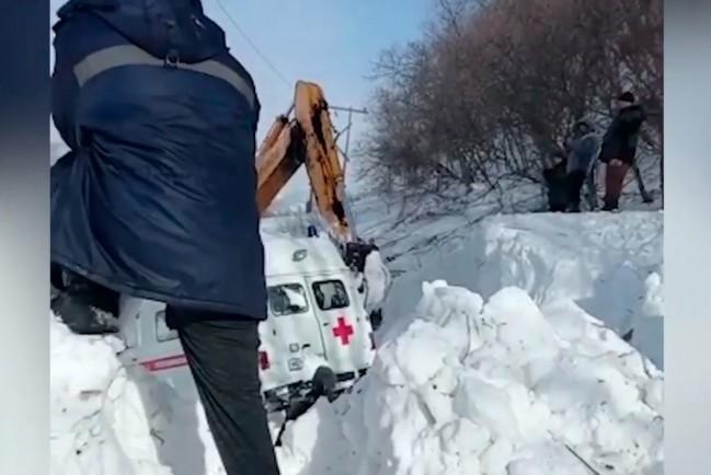 На Сахалине машину скорой помощи засыпало снегом