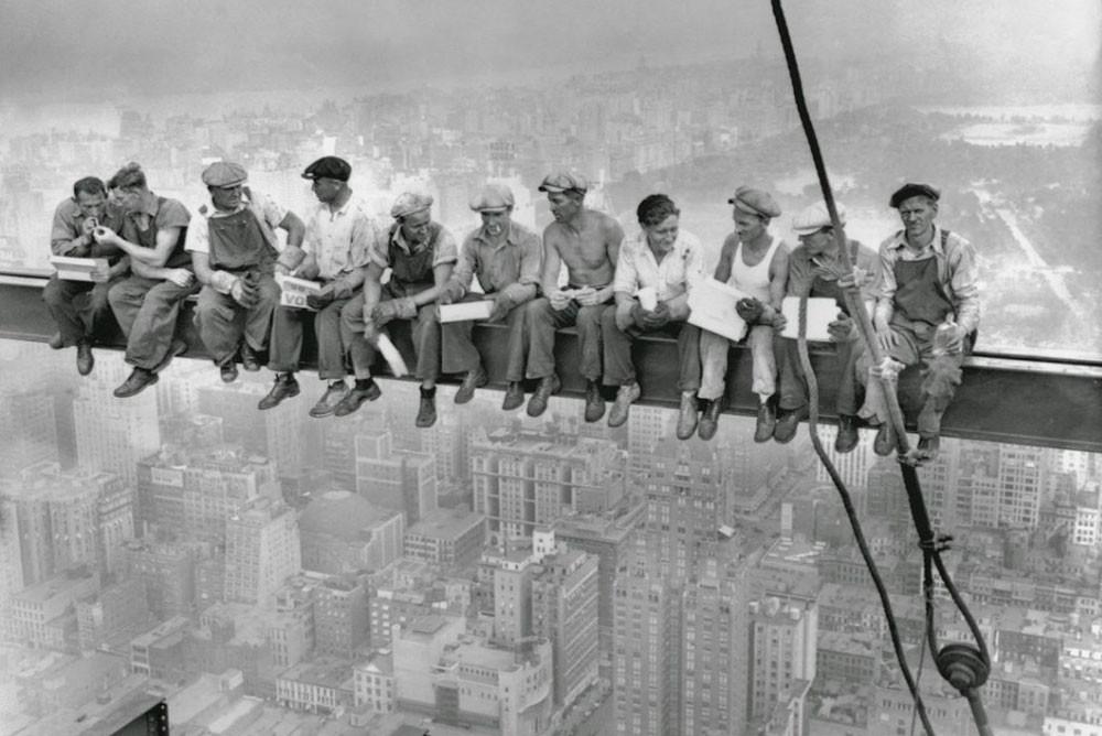 «Обед на небоскребе». Фото 1932 года.