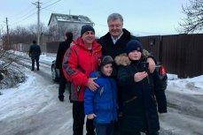 Президент Украины Пётр Порошенко делает селфи с мальчиком