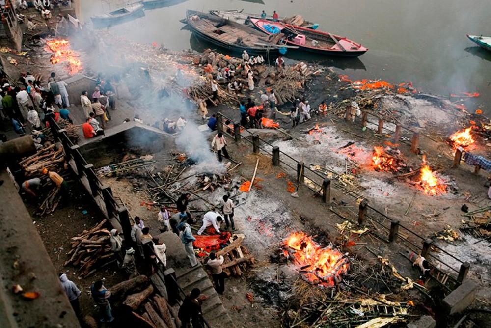 Место сожжения трупов в Индии