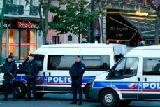 В Париже полицейские машины блокировали улицы где произошел теракт.