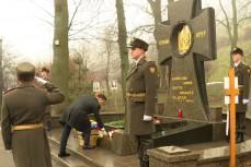 Президент Владимир Зеленский возложил цветы к памятному кресту героям Крут на Аскольдовой могиле