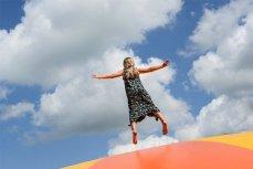 Женщина на фоне неба.