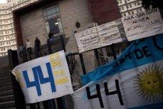 Плакаты в поддержку 44 членов экипажа ARA San Juan возле штаб-квартиры аргентинского флота в Буэнос-Айресе