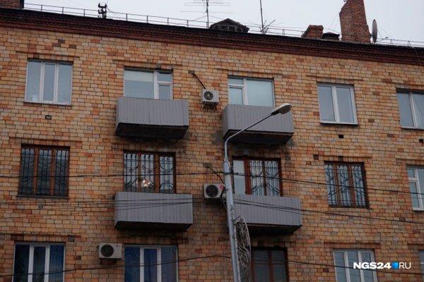 Кованная ограда на балконах закрытая профлистом