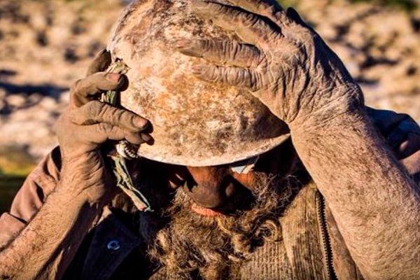 Тёплая шапка для старика Аму - железная ржавая каска