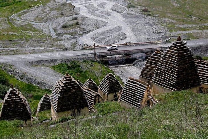 Вид из «Города мёртвых» в Даргавсе на реку Кизил-дон