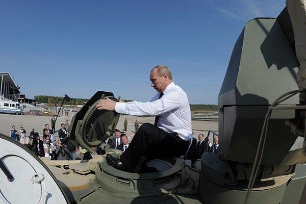 Путин на танке T-90AM во время выставке вооружений на Урале