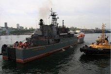 """Корабль """"Адмирал Невельской"""" в составе экспедиции."""
