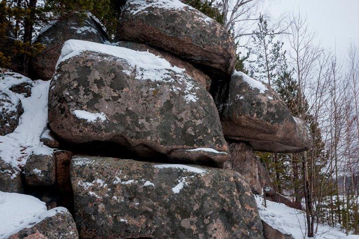 Камни святилищ покрытые мхом на Урале