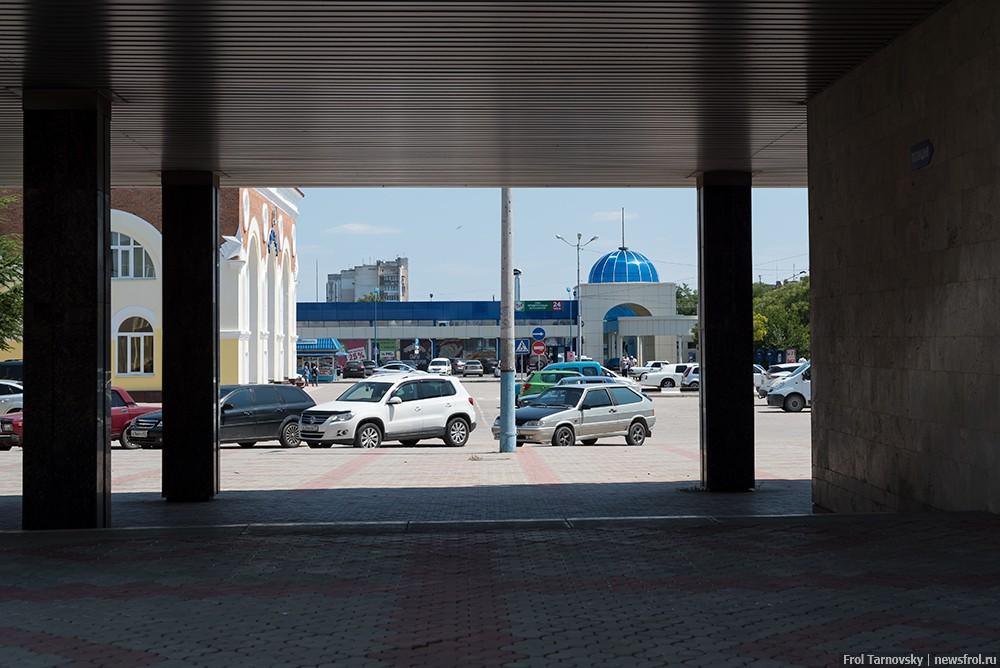 Привокзальная площадь ЖД вокзала в Евпатории