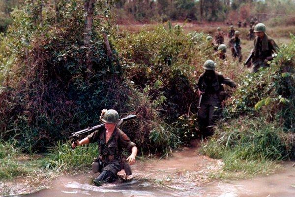 Солдаты 1-й пехотной дивизии США форсируют ручей. 1968 год