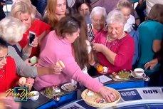Люди расхватывают еду на программе «Полу чудес»