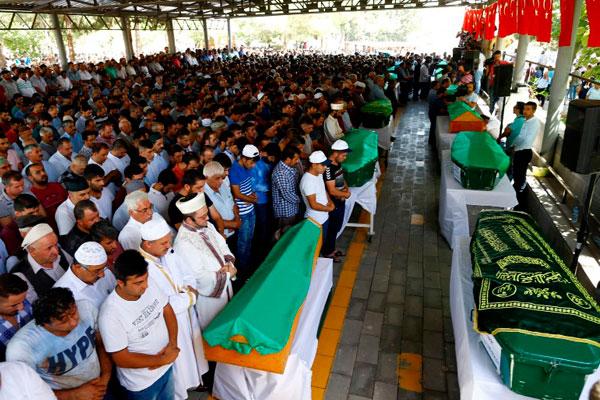 Церемония похорон в южном турецком городе Газиантеп.