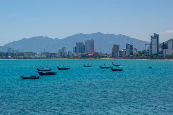 Нячанг - пляжный курорт Вьетнама. Вьетнамские лодки на фоне отелей.