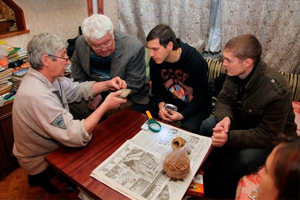 Армавирские исследователи в гостях у Александра Бурлуцкого (владелец камня с «микрочипом»)