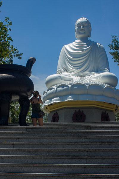 Статуя сидящего Будды у пагоды Лон Шон. (Long Son Pagoda). Нячанг. Вьетнам.
