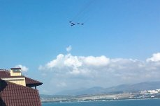 Тренировочный полёт пилотажной группы «Стрижи» над бухтой Геленджика