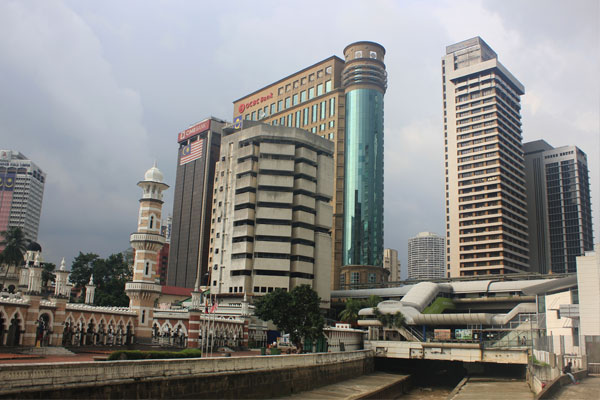 Мечеть Джамек (слева) и станция надземного метро. Куала-Лумпур. Малайзия.