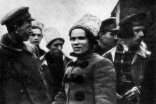 Нестор Махно среди повстанцев. На переднем плане Петров, Г. Горев, Н. Махно, Ф. Щусь, 1919 год