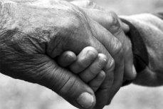 Рука старого человека.
