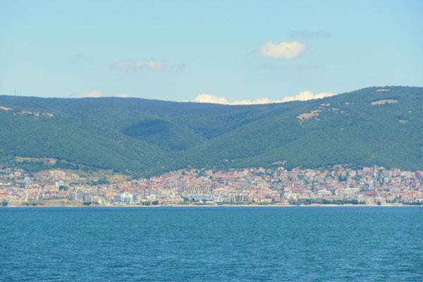 Вид с моря на болгарский приморский городок.