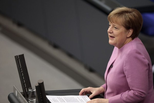 Меркель сообщила, что оскандале с Фольксваген узнала изСМИ