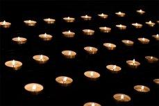 Свечи в память о погибших.