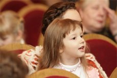 """Ребёнок в зрительном зале на спектакле """"Аленький цветочек""""."""