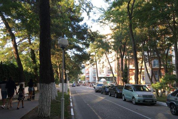 Улица Крымская в Геленджике. Вид в сторону набережной