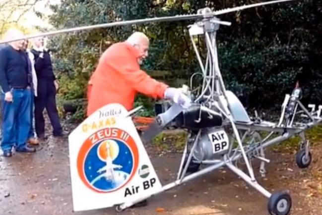 Старик запускает двигатель своего вертолета