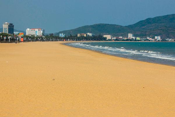Многокилометровые пляжи Куинёна с желтым песком.