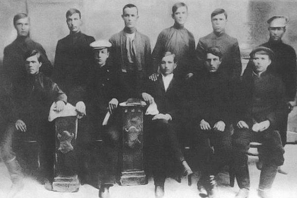 Нестор Махно (сидит в первом ряду слева) с другими членами анархистской организции Гуляйполя 1 мая 1907 год