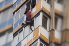 Полицейские пытаются удержать мужчину от падения
