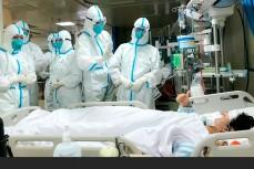 Китайские медики лечат больных коронавирусом