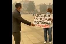 В якутском городе Мирный люди выходят из-за смога на одиночные пикеты