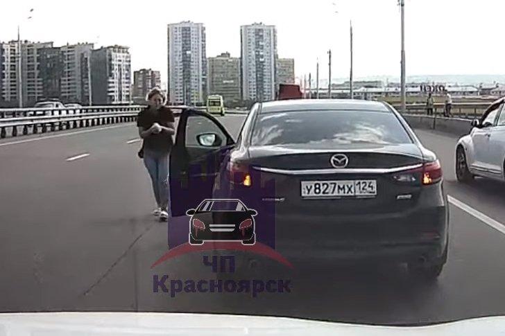 Спасение котенка на автомобильном мосту в Красноярске