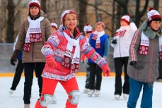 Пенсионеры катаются на коньках