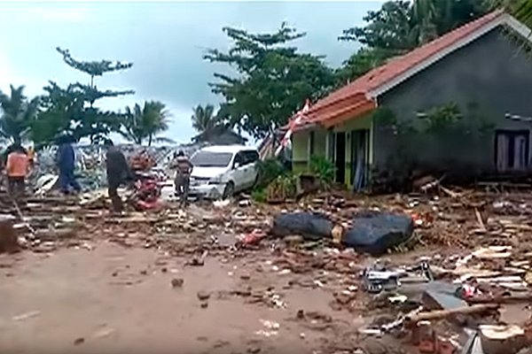 Разрушение после цунами в Индонезии