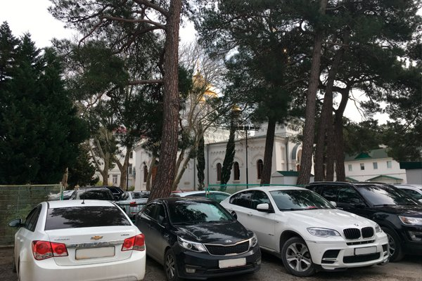 Припаркованные автомобили на территории Свято-Вознесенского кафедрального собора в Геленджике