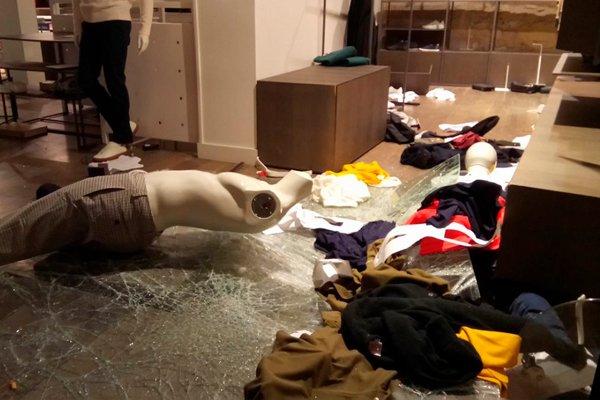 Разграбленный магазин во Франции