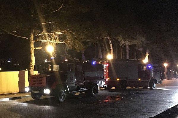 Пожарные машины на очаге возгорания в Геленджике