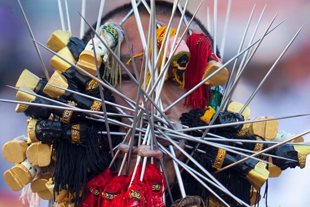 Участник фестиваля на Пхукете, проколол своё лицо десятком больших игл