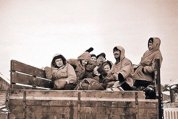 Группа Дятлова едет на бортовом грузовике из поселка Вижай до поселка Северный-2